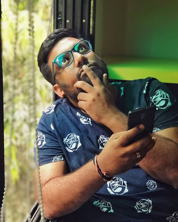 Thinking of what caption should I keep for the picture while it was being clicked.   Pic Courtesy : @arpitaa_15  Phone Courtesy : @_chhayank_   #TheComedyFactory #Mhmmm