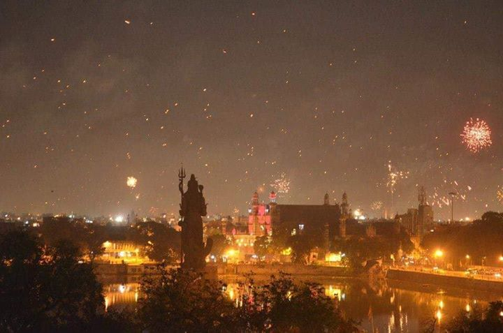 Had clicked this beauty 6 years ago. After 50+ long exposure clicks this was closest to perfect capture. Baroda is my favorite place to be during festivals.  Happy Uttrayan.  #HappyUttrayan #Vadodara.
